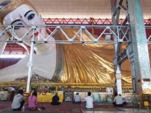 Ruhender Buddha im Chaukhtatgyi Buddha-Tempel in Yangon. Foto: jag, 2012.