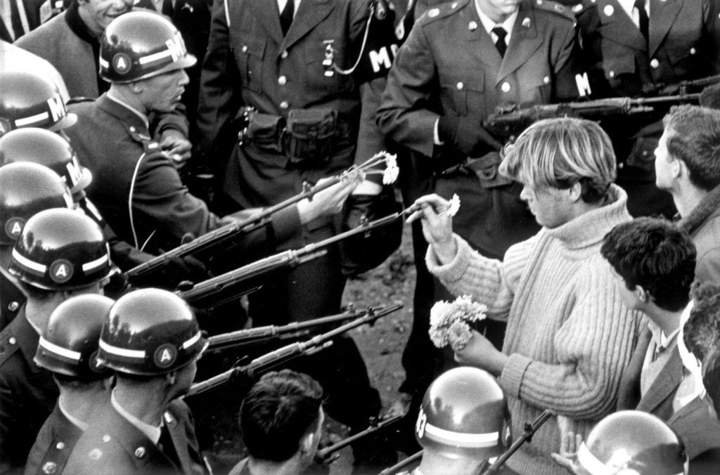 ARLINGTON, VA - OCTOBER 26 1967: Antiwar-Demonstranten üben sich im Flower Power an MPs, die das Pentagon Building in Arlington, VA blockieren. October 26, 1967. (Photo by Bernie Boston/The Washington Post via Getty Images)