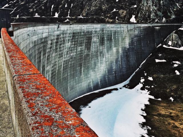 Staumauer auf dem Lukmanier-Pass, Schweiz. Foto: Jan Graber, 2015.