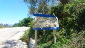 Gehören in Kreta zum Strassenbild: Zerschossene Ortsschilder. Foto: jag, 2017.