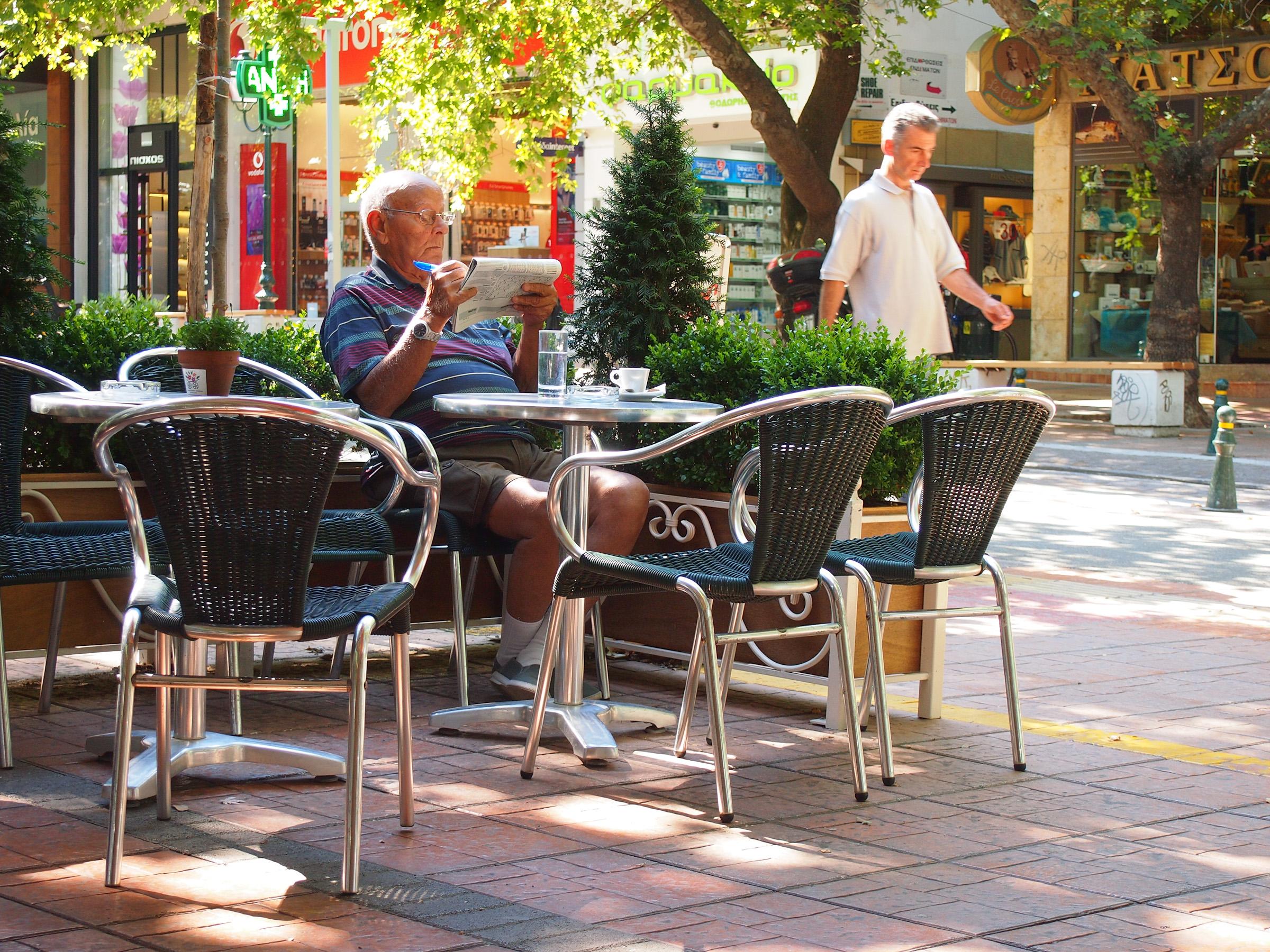Lesender Grieche in der Café-Bäckerei Varsos in Kifissia, Athen. Foto: jag, 2017.