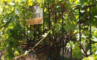 Umranktes Strassenschild in Kifissia, Athen. Foto: jag, 2017.