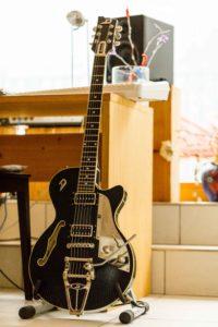 Im obersten Stock seines Hauses entsteht ein Teil der Gotthard-Songs. (Foto: Claudia Link)