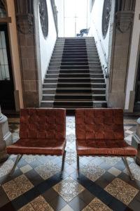 Von der Lobby führt due Steintreppe majestätisch in die Galerie, die als Lounge, Arbeits- und Leseecke dient. Foto: jag, 2017.