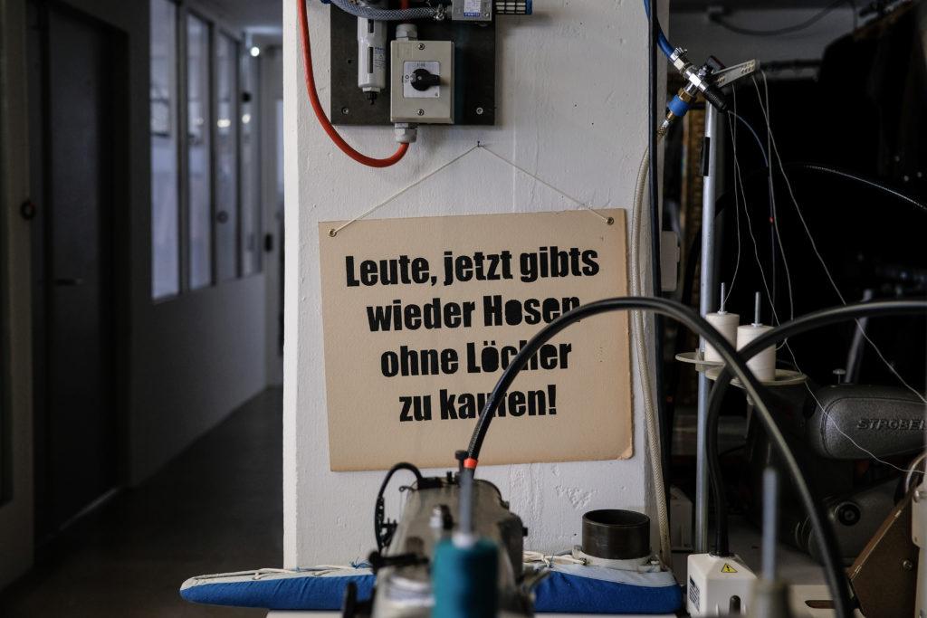 Hintersinniger Humor im Atelier von Luzi de Beaufort. (Foto: Jan Graber, 2017)