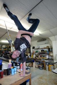 Spontaner Handstand im Atelier. Foto: Jan Graber, 2018.