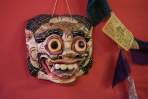 Asiatische Maske im Proberaum. Foto: Jan Graber, 2018.