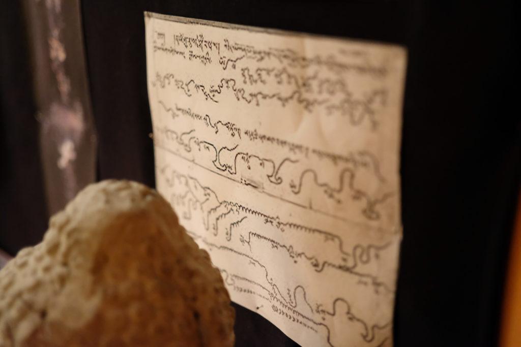 Notenblatt für tibetische Mönchsgesänge. Foto: Jan Graber, 2018.