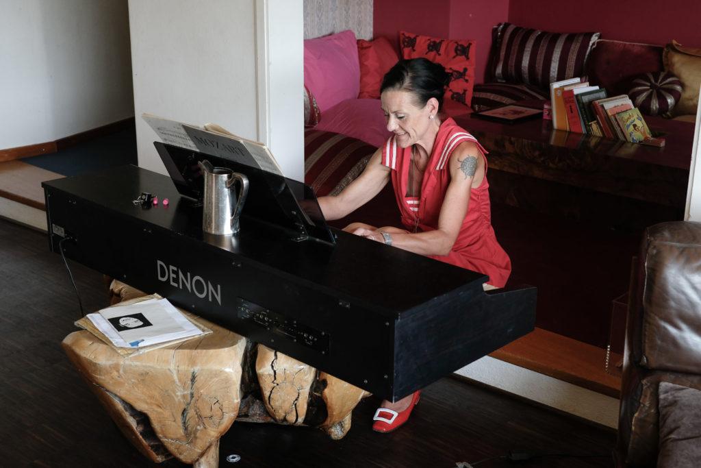 Katja Peter am tiefergelegten Piano. Foto: Jan Graber, 2018.