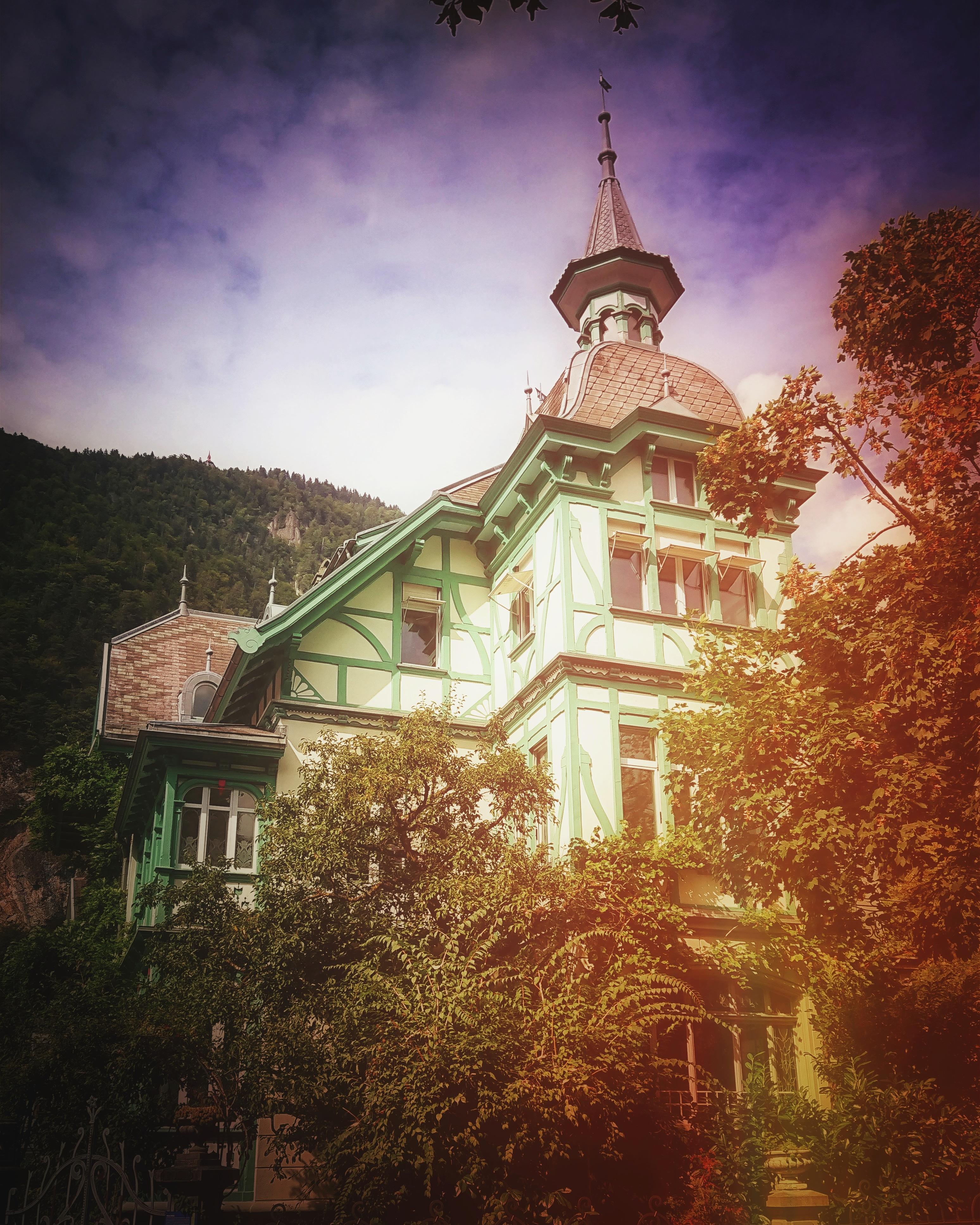 Standhaft: Eines der letzten traditionellen Häuser in Interlaken. Foto: Jan Graber.