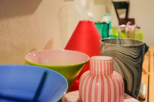 Farben und Muster: Vasen aus Preissles Sammlung. Foto: Jan Graber, 2018.