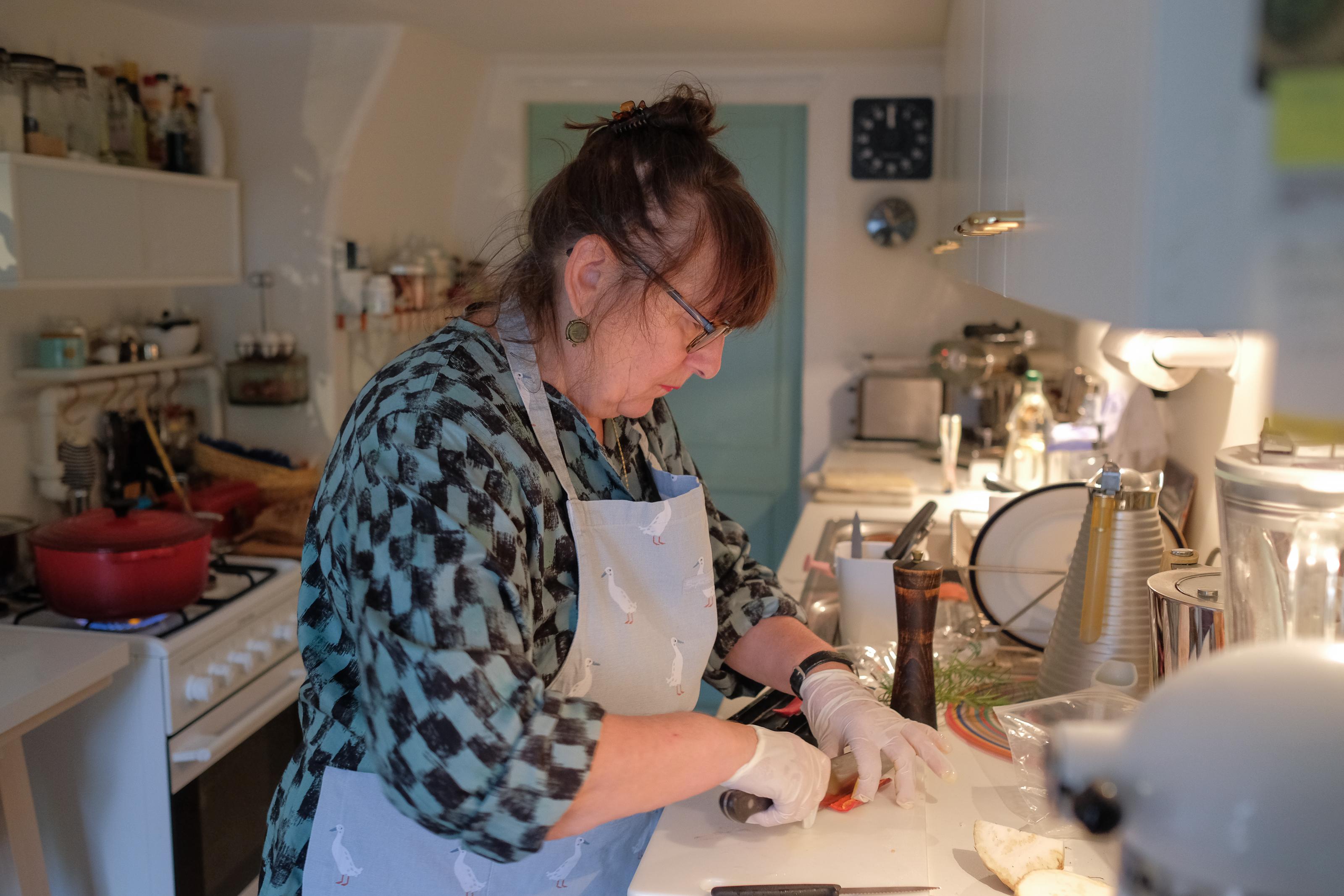Begnadete Köchin: Christine Domkowski in ihrer kleinen Küche. Foto: Jan Graber, 2018.