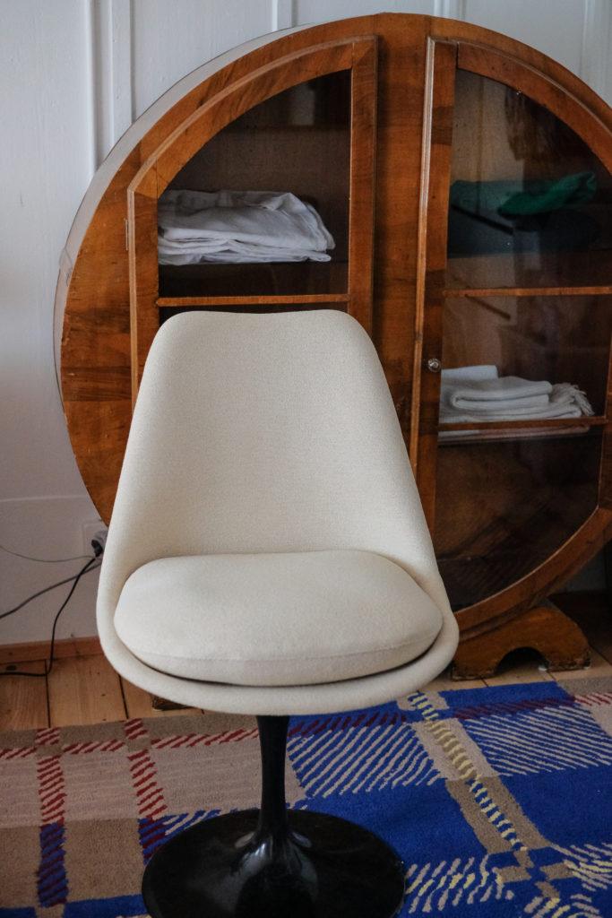 Stuhl vor Schrank: Detail in Christines Wohnung. Foto: Jan Graber, 2018.