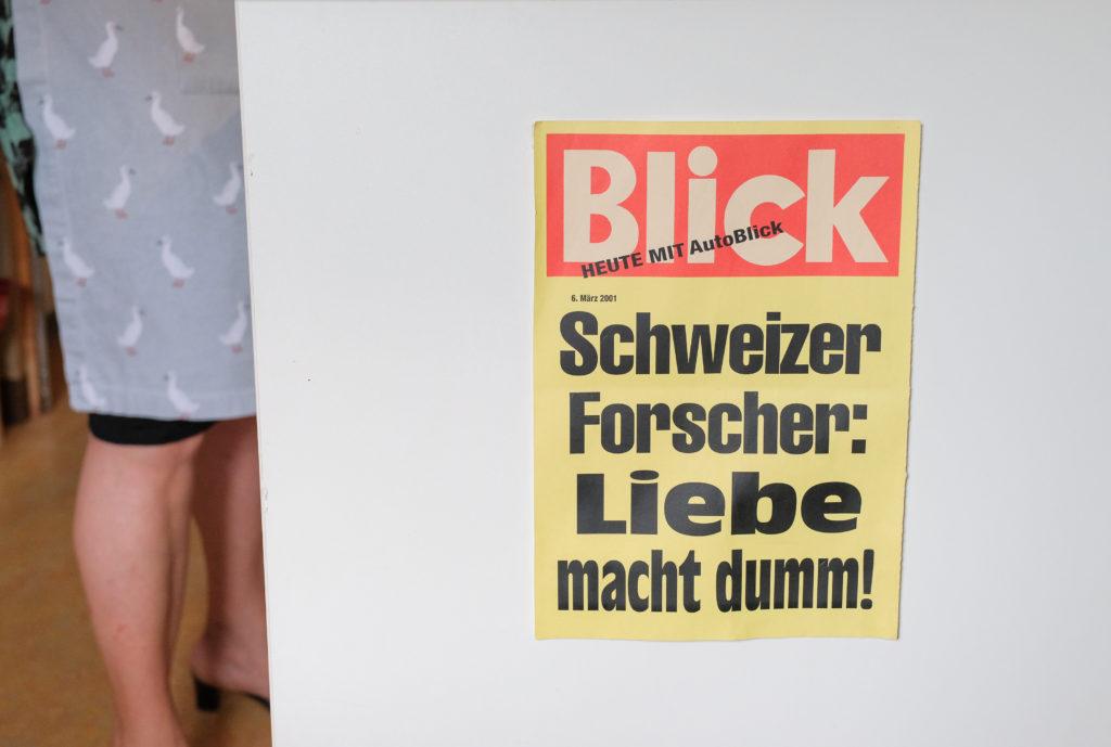News aus Absurdistan: Plakat in Christines Küche. Foto: Jan Graber, 2018.
