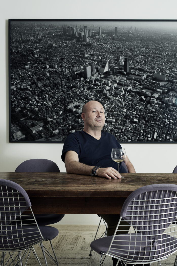 Kunstliebhaber Sacha Menz vor einer Fotografie von Balthasar Burkhard. Foto: Christine Benz.