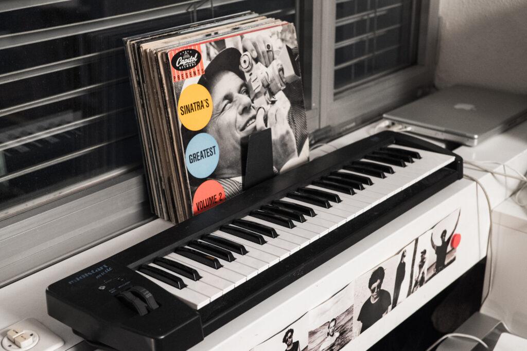 Keyboard und Vinyl-LPs im Atelier. Foto: Jan Graber