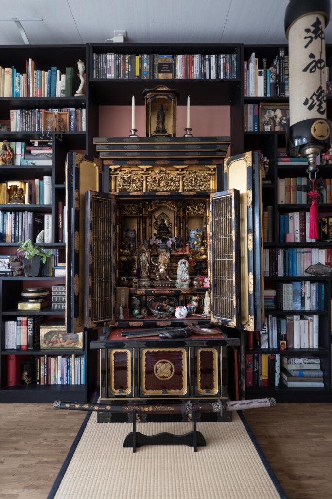 Wie ein Altar wirkt der japanische Schrein inklusive Katana und Lampion.