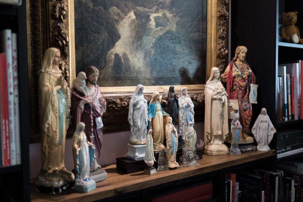 Heiligenfiguren wachen über Nathalies Reich.