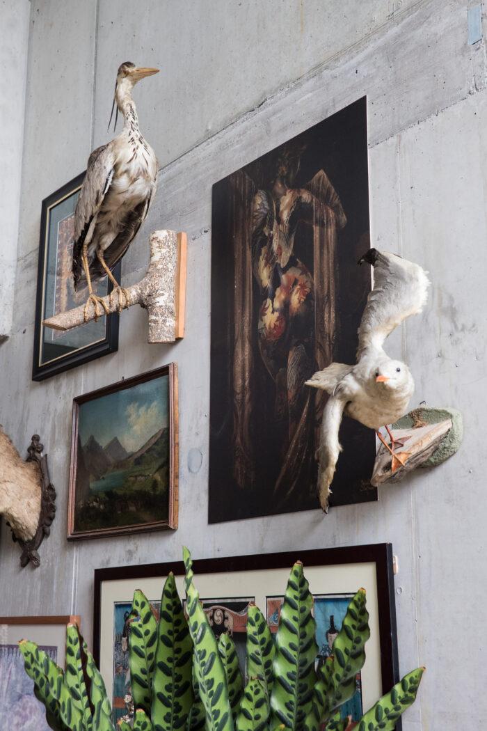 Bilder und Reliquien im Eingangsbereich des Wohnhauses.